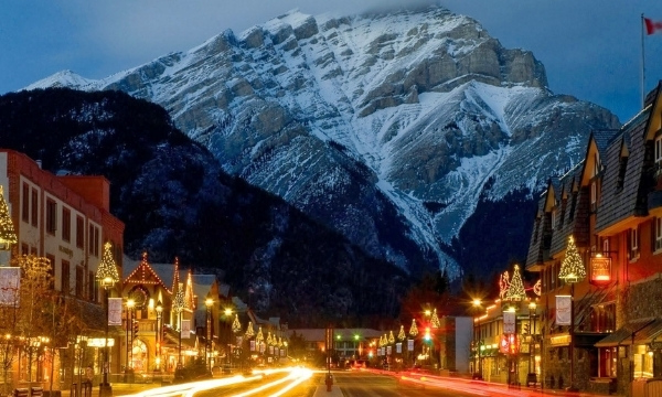 Best Places To Visit In December - Christmas In Alberta, Canada | Art In Voyage