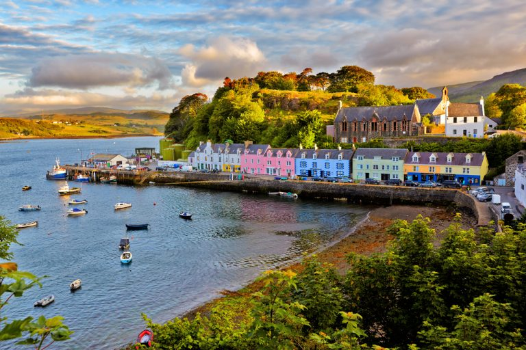 View on Portree, Isle of Skye, Scotland, y Art In Voyage